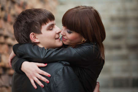 pareja de adolescentes: Feliz pareja de j�venes enamorados Foto de archivo