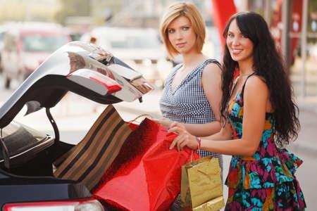 voiture parking: Deux jeunes acheteurs sur un parking Banque d'images