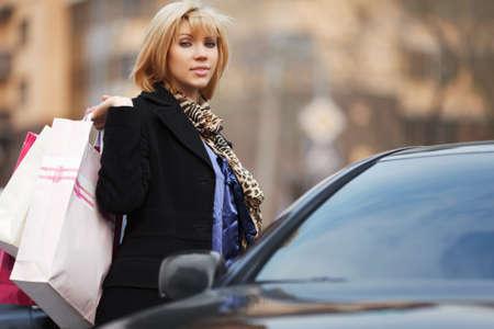 Junge Shopper mit einem Auto Standard-Bild