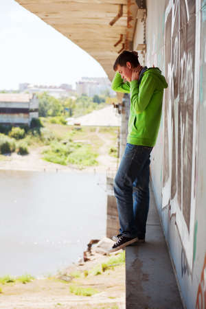 mirada triste: Hombre joven en la depresi�n