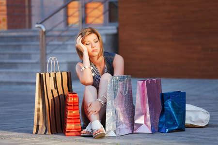 felicidade: Jovem mulher com sacolas de compras Imagens