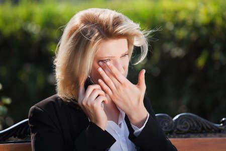 femme triste: Femme triste appelant sur le t�l�phone Banque d'images