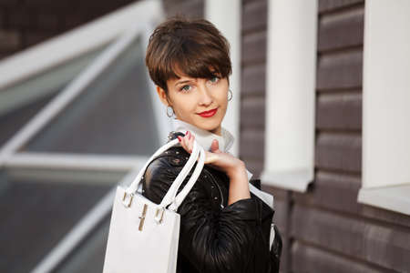 chaqueta de cuero: Mujer joven en la chaqueta de cuero Foto de archivo