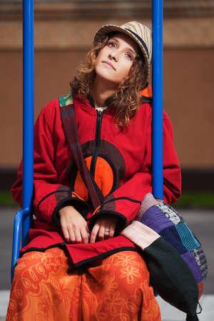 mujer hippie: Hippie joven mujer sentada en el columpio Foto de archivo