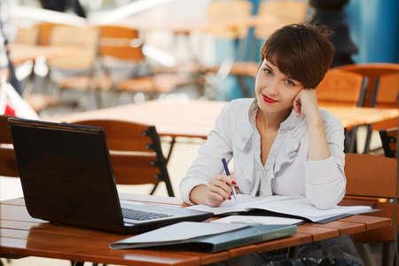 tezgâhtar: Bir kaldırım kafede dizüstü bilgisayar ile Genç işkadını Stok Fotoğraf