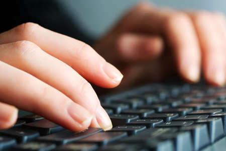 teclado: Mujeres manos escribiendo en el teclado de la computadora