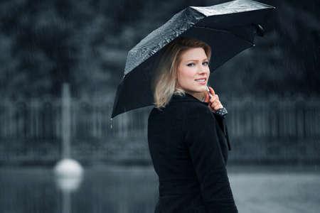 lluvia paraguas: Mujer con paraguas en la lluvia Foto de archivo