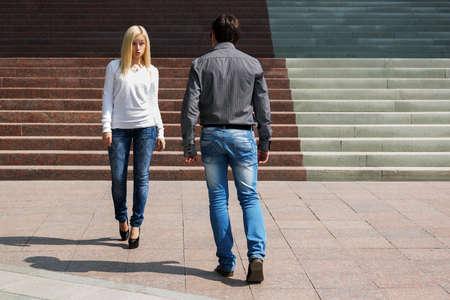 fashionable couple: Pareja de moda joven en las escaleras Foto de archivo