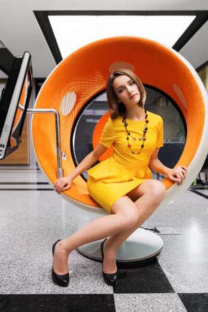 Jeune femme assise sur une chaise de l'ordinateur de bureau Banque d'images - 22542266