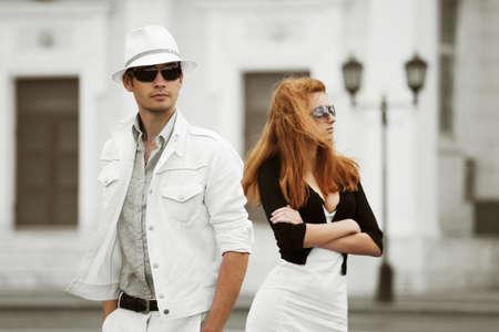 fashionable couple: Pareja de moda joven en conflicto