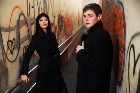 fashionable couple: Pareja de moda joven en un interior del grunge subterr�neo Foto de archivo