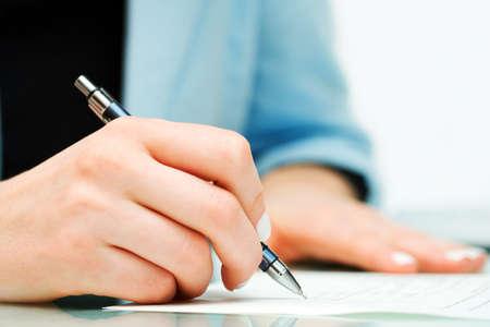 Vrouwelijke hand ondertekening contract