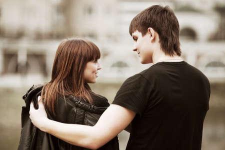 jovenes enamorados: Feliz pareja de j�venes enamorados en la calle de la ciudad