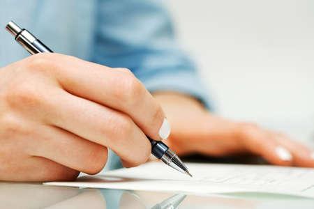 contrato de trabajo: Mujer de negocios la firma de contrato