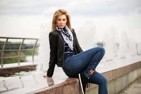 de vaqueros: Retrato de mujer feliz al aire libre de la moda joven
