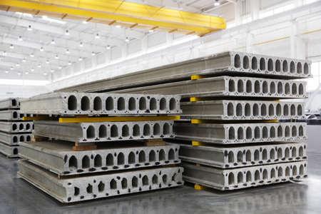 iluminacion: Pila de prefabricados de losas de hormigón armado en un taller de construcción de viviendas Foto de archivo