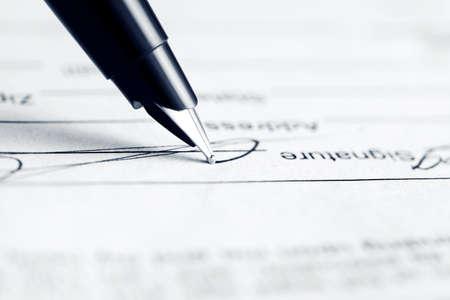 firmando: La firma de contrato Foto de archivo