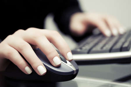 tecnolog�a informatica: Mujer que usa el rat�n del ordenador y el teclado Foto de archivo