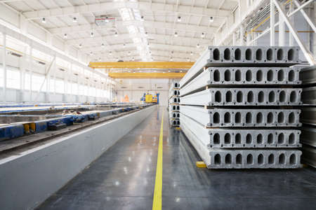 edificio industrial: Pila de prefabricados de losas de hormigón armado en un taller de construcción de viviendas Foto de archivo