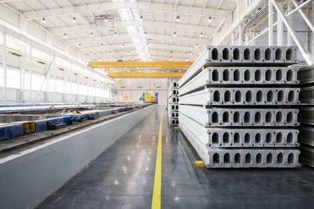 Pila di prefabbricati in cemento armato in un laboratorio di fabbrica la costruzione di abitazioni Archivio Fotografico - 39503244