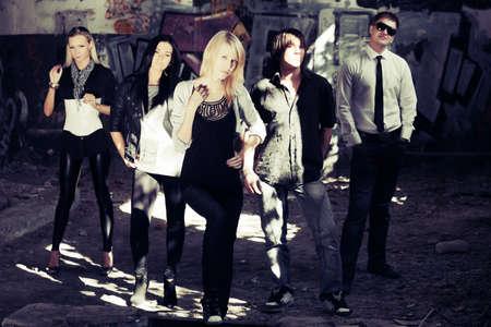Grupo de jóvenes hombres y mujeres de la moda