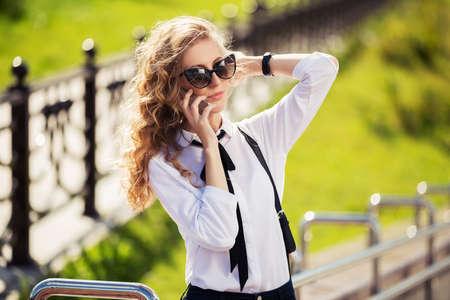 ragazze bionde: Moda donna d'affari in occhiali da sole chiamata sul cellulare
