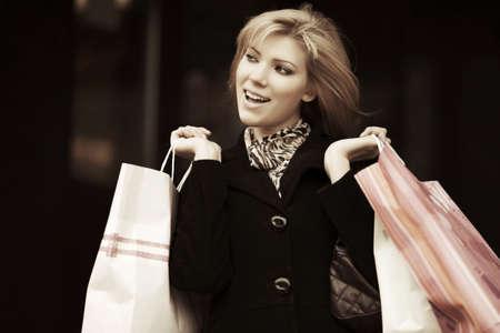 models posing: Mujer de moda joven feliz con bolsas de la compra Foto de archivo