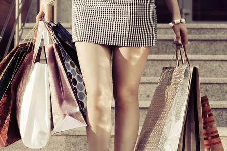 chicas de compras: Mujer con bolsas de la compra contra un centro comercial pasos