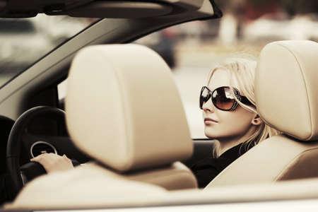 Bonne jeune femme de mode de conduite, cabriolet, voiture Banque d'images - 51031157