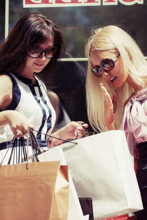 tienda de ropa: Dos mujeres de moda joven con bolsas de compras en el centro comercial Foto de archivo