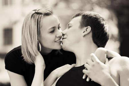 parejas romanticas: Feliz pareja de j�venes en el amor al aire libre Foto de archivo