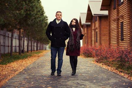 modelos posando: pareja de moda joven al aire libre caminando Foto de archivo
