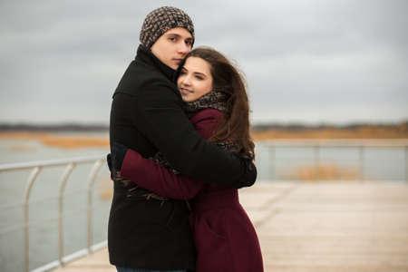 ragazza innamorata: Felice giovane coppia in amore camminare all'aperto Archivio Fotografico