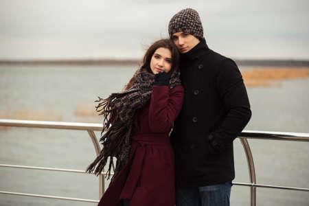 modelos hombres: joven pareja feliz en el amor caminando al aire libre