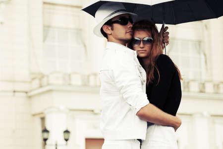 ragazza innamorata: Giovane coppia di moda in amore con l'ombrello