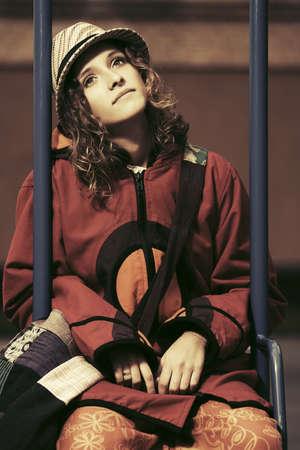 mujer hippie: Triste mujer joven hippie manera que se sienta en el columpio