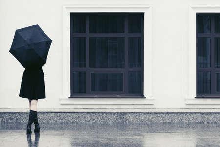 Arbeiten Sie Frau mit Regenschirm gehend in der Stadtstraße Standard-Bild - 95720951