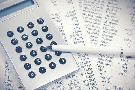 Financial accounting Pen and calculator on balance sheets Imagens