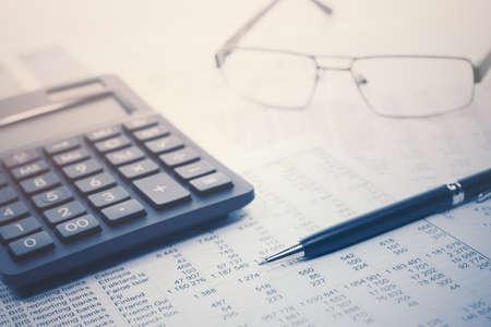 Pluma y calculadora de contabilidad financiera en balances