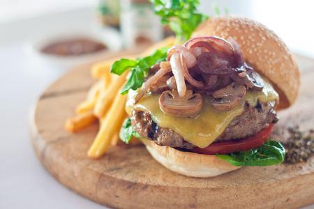 Big Mund Käse-Burger serviert mit französisch frites auf Holzbrett Standard-Bild - 26591467