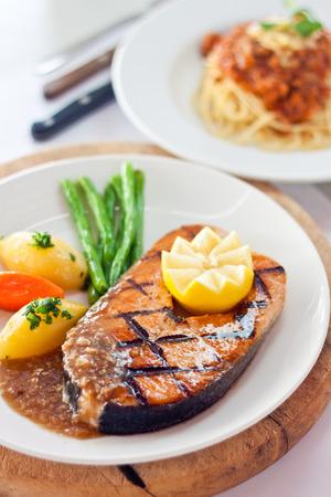 Gegrillter Lachs Fisch mit Zitrone auf, Kartoffeln, Karotten, Bohnen und hausgemachte Ananas-Sauce Standard-Bild - 26591464