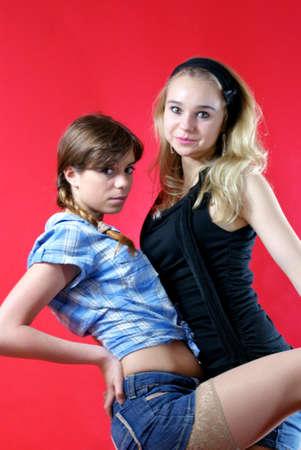 jeans apretados: Dos mujeres jovenes que se abrazan Amigos Foto de archivo