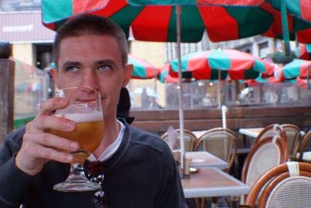 hombre tomando cerveza: Blanca hombre bebiendo cerveza.