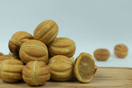 cookies nuts with condensed milk lined with a slide on a wooden board Banque d'images