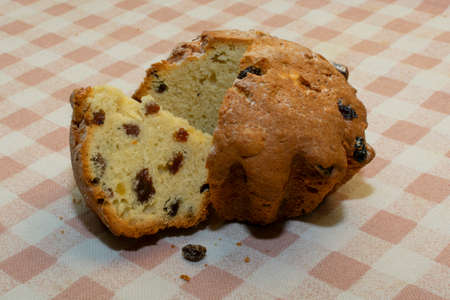 cake with raisins cut into pieces, lying on a checkered tablecloth table Imagens