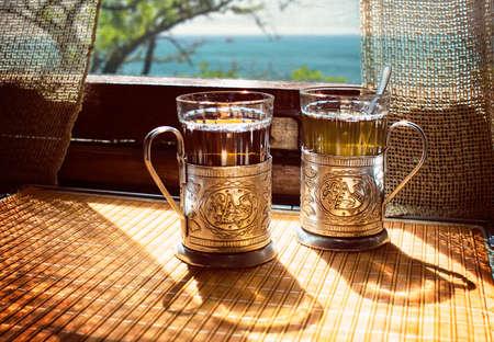 tarde de cafe: tazas de té sobre la mesa en el tren