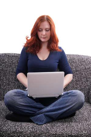 mujer sentada en el sofá con el netbook