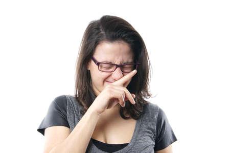 estornudo: mujer joven suprimir un estornudo