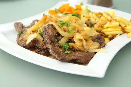 onions: frito terneros hígado con cebolla y papas fritas Foto de archivo