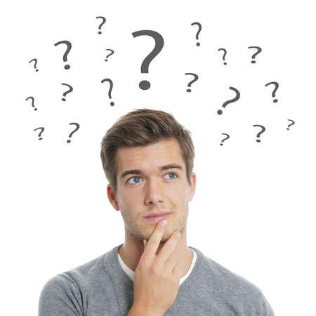 hombre joven pensativo con signos de interrogación